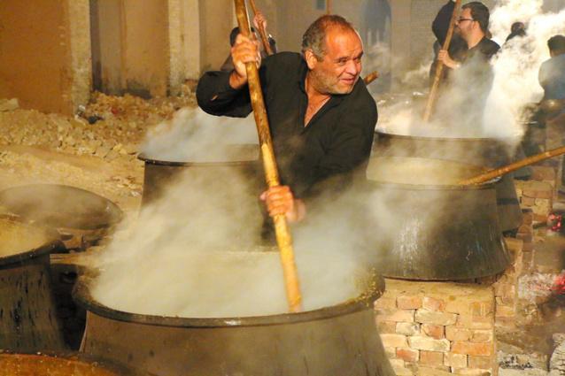 シーア派の行事「アシュラ」。大鍋で名物料理のゲイメを煮込む男たち=イラン中部ヤズド州で、神田大介撮影