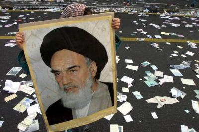 ホメイニ師の写真を掲げるイランの少女=2000年2月11日、ロイター