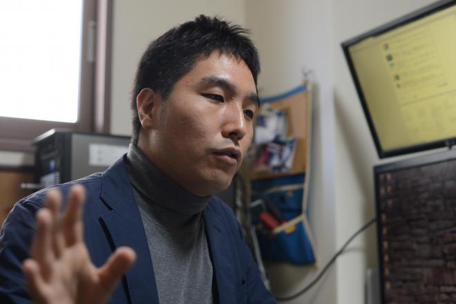 「故人サイト」の著者、古田雄介さん=長谷川健撮影