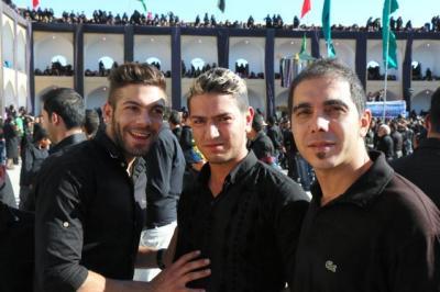 シーア派の行事「アシュラ」で出会った若者3人組。イランではいま、こんな髪形がはやりです=イラン中部ヤズド州で、神田大介撮影