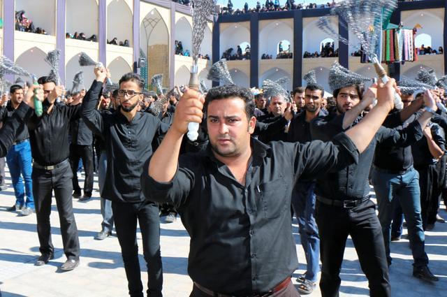 シーア派の行事「アシュラ」で、鎖を体に打ち付ける男たち=イラン中部ヤズド州で、神田大介撮影