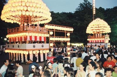日暮れとともに「献灯まきわら」のちょうちんに灯がともり、大勢の人でにぎわう、名古屋市の熱田神宮で開かれる「熱田まつり」=1997年6月5日