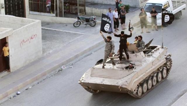 シリア北部のラッカで軍事パレードをする「イスラム国」(IS)の兵士=2014年6月30日、ロイター