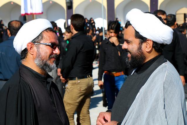 シーア派の行事「アシュラ」で、あいさつを交わすイスラム法学者たち=イラン中部ヤズド州、神田大介撮影