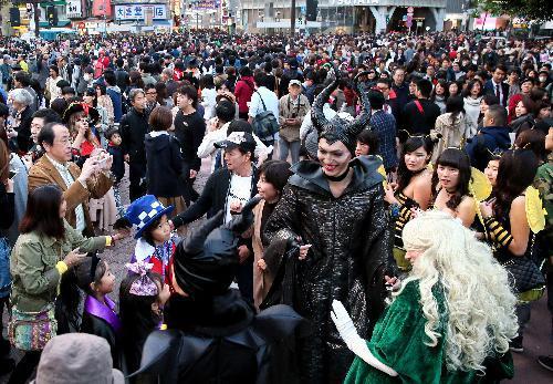 さまざまなハロウィーンの仮装をした人でにぎわう渋谷駅前=2015年10月31日