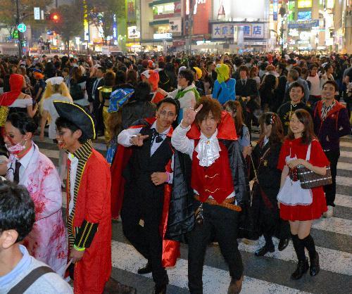 渋谷駅周辺は仮装をした人たちであふれた=2014年10月31日