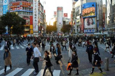 渋谷駅前のスクランブル交差点。筒状のビル「渋谷109」が奥にそびえ、右手に渋谷センター街がある=2014年11月14日