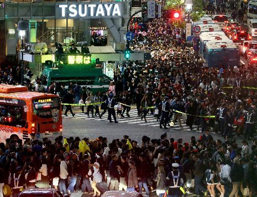 仮装した人でにぎわう渋谷駅前は、警察の交通規制が行われた=2015年10月31日