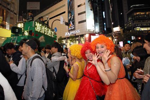 ハロウィーンの仮装をした人で混雑する渋谷駅前=2015年10月31日