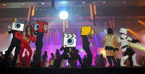 仮装して踊る参加者たち=2015年10月24日