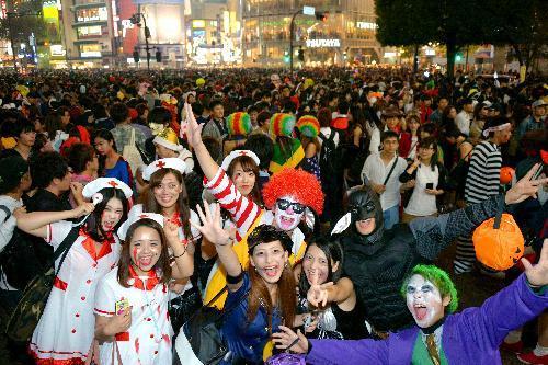 仮装した人たちで埋め尽くされた渋谷駅前=2014年10月31日
