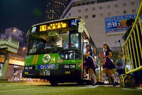 運行最終日の終夜バスには、ハロウィーンで仮装した乗客も乗り込んだ=2014年11月1日
