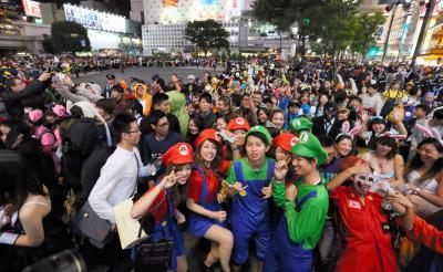 仮装した人でにぎわう渋谷駅前のスクランブル交差点=2015年10月31日