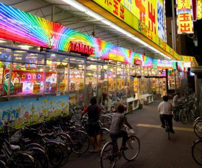 派手な看板がトレードマークの「スーパー玉出」=大阪市西成区、2009年撮影