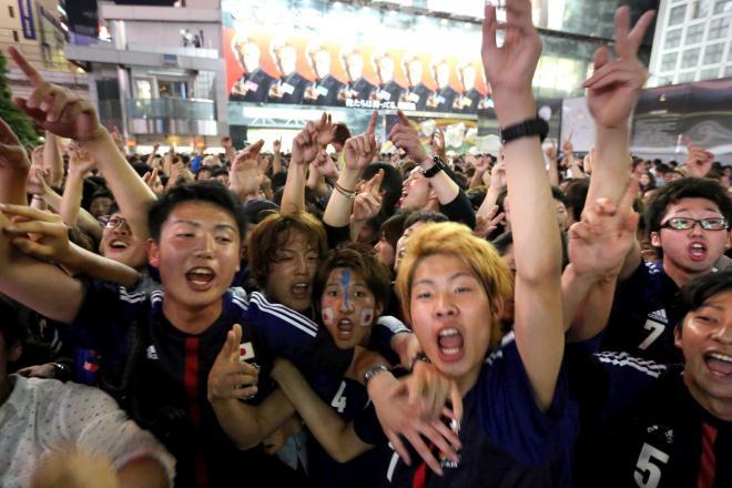 日本代表がサッカーのワールドカップブラジル大会出場を決めた2013年6月4日、渋谷駅前に集まり、乱舞するサポーター