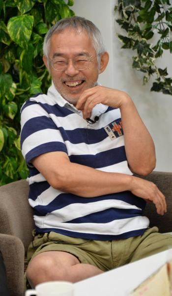 スタジオジブリの鈴木敏夫プロデューサー。テレビ放送を見ながら、ラピュタ製作の裏話を披露した=2013年8月2日、瀬戸口翼撮影