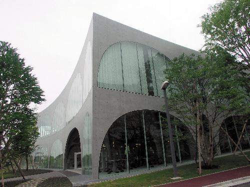 【多摩美術大図書館】図書館は曲面の壁を持つ
