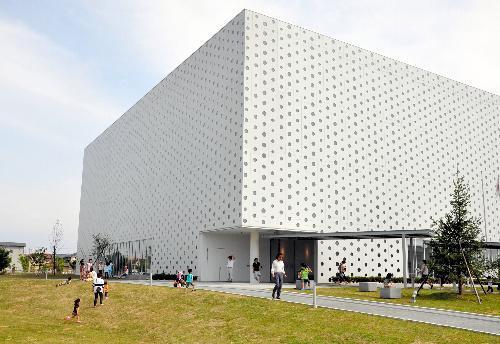【金沢海みらい図書館】真四角な建物