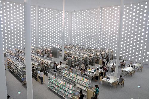 【金沢海みらい図書館】円窓から入った自然光で、館内は明るい