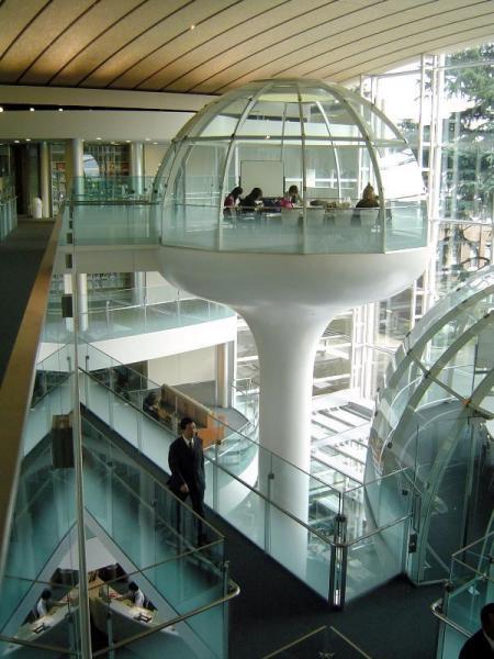 【成蹊大学図書館】未来都市に迷い込んだような内部