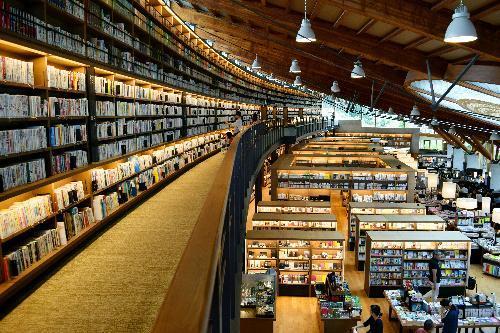 【武雄市図書館】5メートル近い書棚が圧巻の館内=佐賀県武雄市