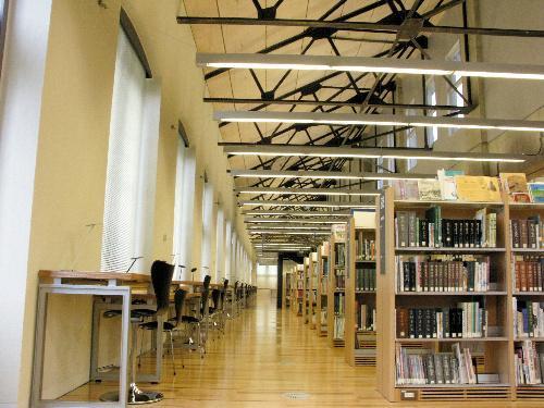 【東京都北区立中央図書館】天井にはむき出しの鉄骨の梁(はり)があり、倉庫の面影が残る
