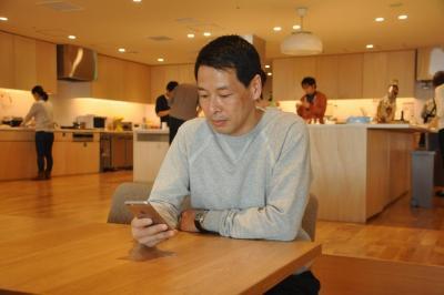 アクセス数などは常にスマホでチェックしているという松浦弥太郎さん
