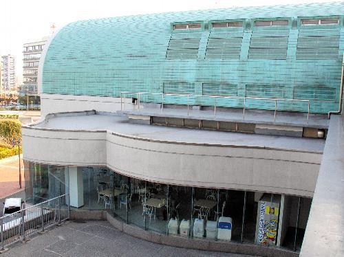 【北九州市立中央図書館】「モンローカーブ」と呼ばれる曲線が特徴の空間
