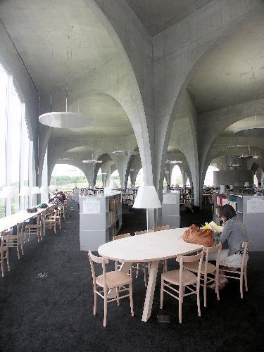 【多摩美術大図書館】閲覧室は森の雰囲気