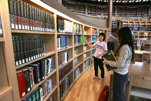 【国際教養大学図書館】秋田杉を使った図書館で勉強する国際教養大学の学生=秋田市