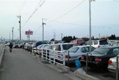 国道沿いに並ぶ中古車=富山県内、2004年3月23日