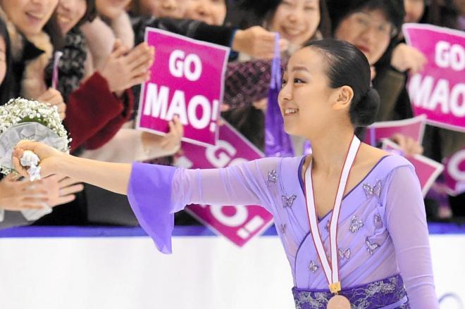 浅田真央選手のファンが掲げる「GO MAO!」のバナー。ファンはコンビニなどで印刷し会場入りした=白井伸洋撮影、2015年12月27日