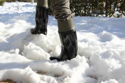 転倒を防ぐため、雪の日はゴム底の靴で出かけたい