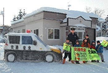 2014年の「110番の日」の雪だるまパトカー。若干の寸詰まり感がある
