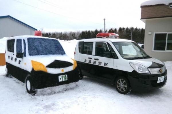 北海道警の問寒別駐在所の警察官が自作した本物そっくりの「雪だるまパトカー」