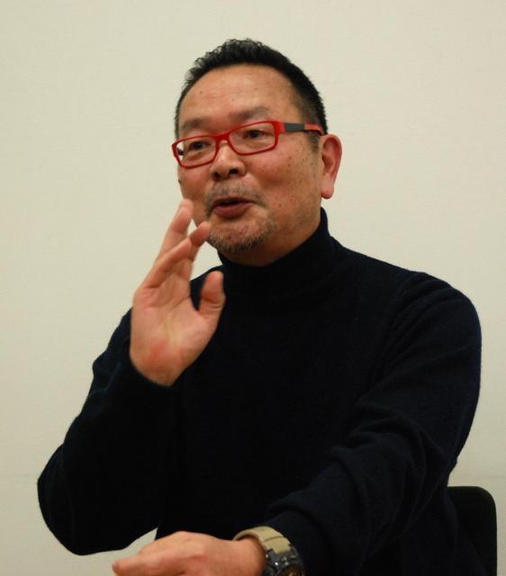 津田淳子さんが予想した王子製紙の「OKプリンセス」が使われている、「つまをめとらば」(文芸春秋)の著者、青山文平さん=2014年12月24日