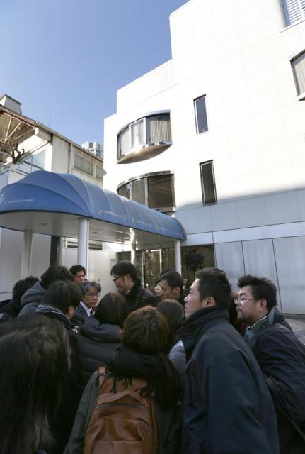 「SMAP」が所属するジャニーズ事務所の前に集まった報道関係者=13日午後、東京都港区、杉本康弘撮影