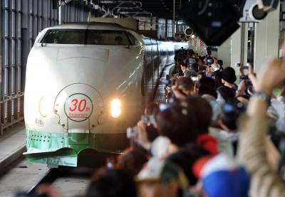 東北新幹線開業30年の2012年6月23日、盛岡駅に到着した記念列車