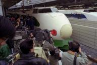 東京駅の新ホームに初乗り入れした緑のラインの東北新幹線「やまびこ」の車両(手前)。向こうの青のラインは東海道新幹線の列車=1991年4月10日