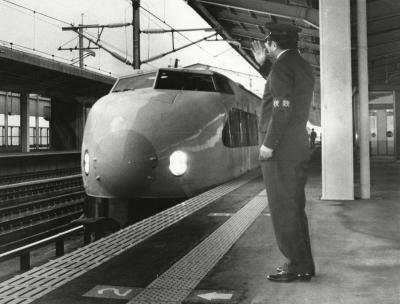 ゆっくりと福島駅に入る試験走行の「あおば」をホームで迎える国鉄職員=1982年3月1日
