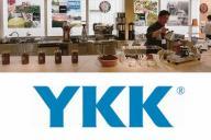 「カフェ・ボンフィーノ本店」の内観(上)とYKKのロゴ