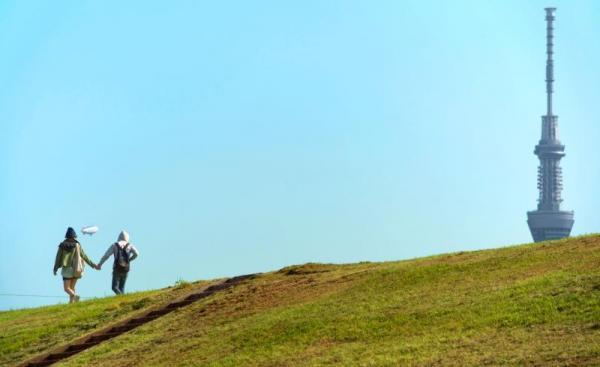 小津安二郎「東京物語」で老妻(東山千栄子)が孫と遊んだあたりの荒川の土手=東京都足立区