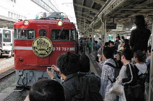 東北線開業120周年記念号の出発式には、多くの鉄道ファンが訪れた=JR郡山駅(2007年10月6日)