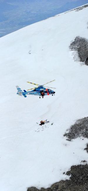 遭難者を救助する長野県警のヘリ=2012年5月5日、白馬岳三国境付近