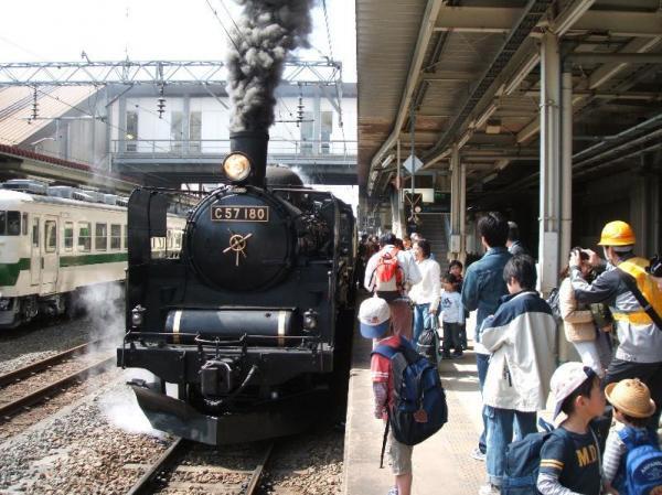 汽笛とともに黒煙をあげる郡山会津路号(2005年4月30日)