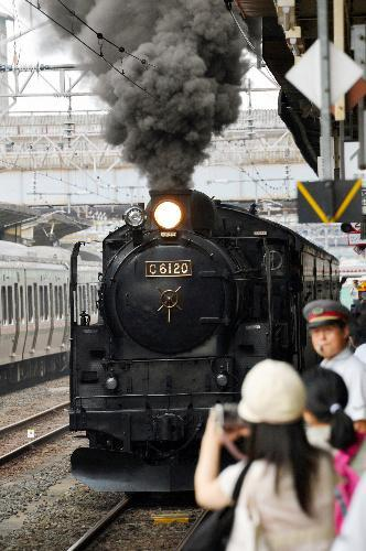 JR郡山駅を出発する「SLふくしま復興号」(2012年7月25日)