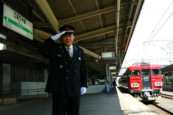 2番線から始まるJR郡山駅。小関英敏駅長の後方が、かつての1番線ホームだったという(2006年3月15日)
