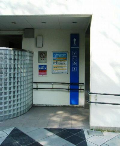 ポスターが掲示された吹田SAの男子トイレ