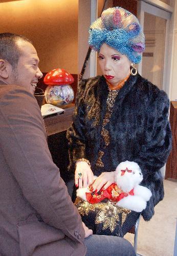 犬をひざにのせて歓談中の「大阪のおばちゃん」マネキン