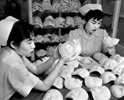 1956年当時の美容整形外科の様子。鼻の形を変える隆鼻術で有名な病院では、美容整形用の顔の型をとっていた